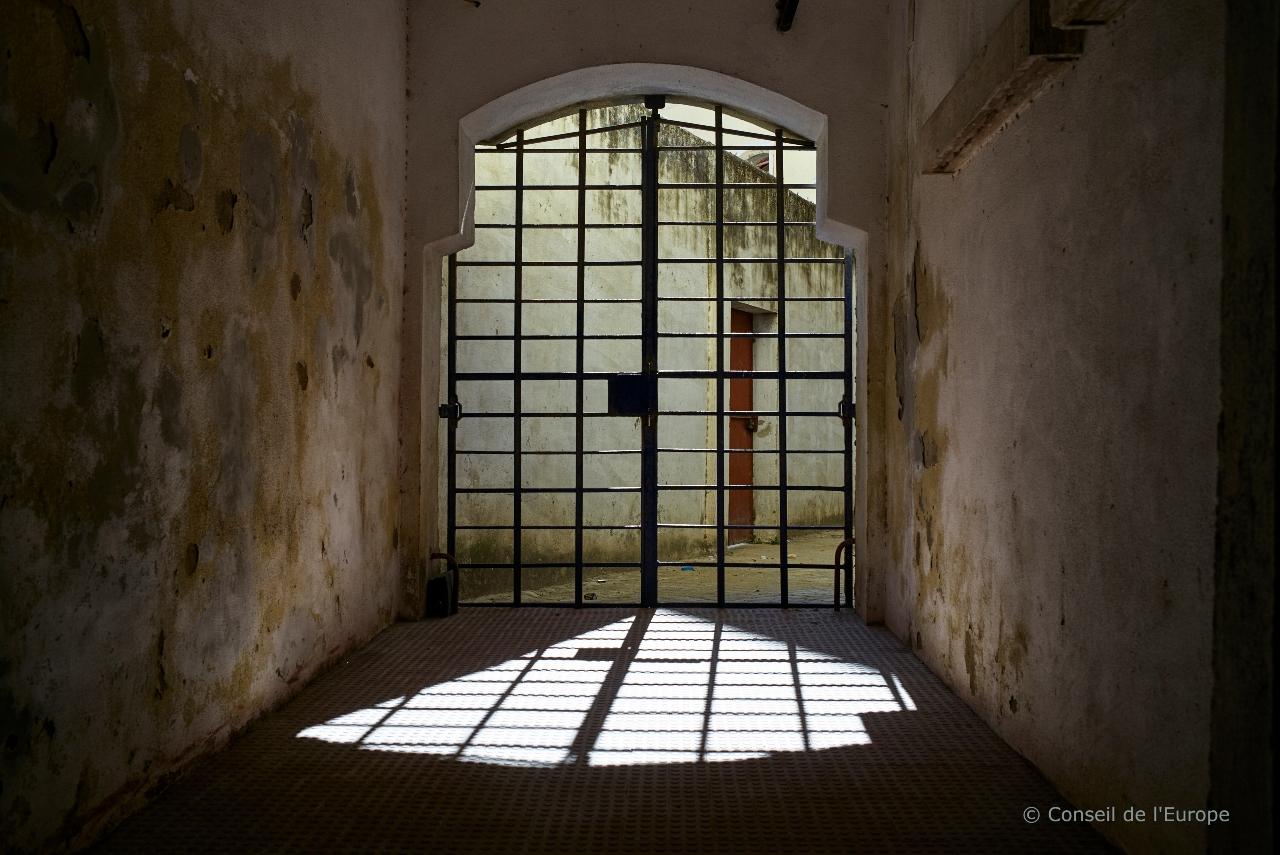 Vue de l'extérieur sur une prison, photo en noir et blanc
